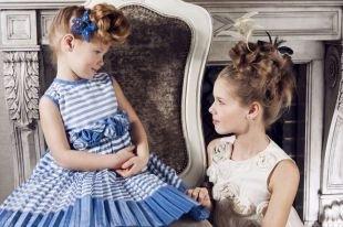 Модные прически для девочек, детская прическа на выпускной с плетением в виде пучка