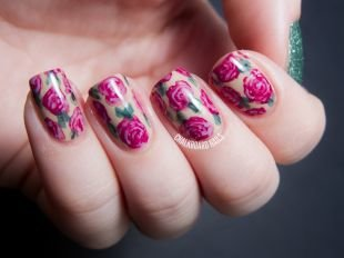 Маникюр с розами, красивые розы на ногтях