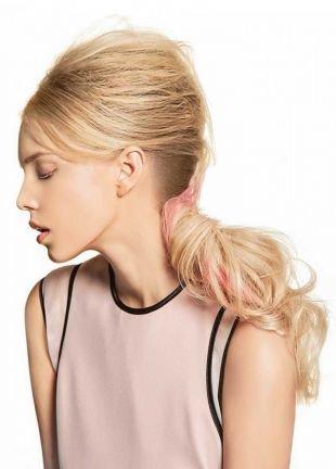 Бежевый цвет волос, прическа на длинные волосы с высоким начесом