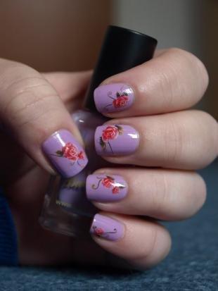 Маникюр с розами, сиреневый дизайн ногтей с красными розами