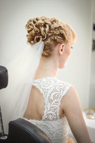 Светло карамельный цвет волос, свадебная прическа на длинные волосы с фатой