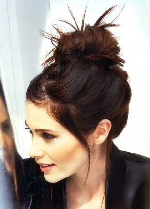 Красно каштановый цвет волос на длинные волосы, деловая прическа - пучок на макушке