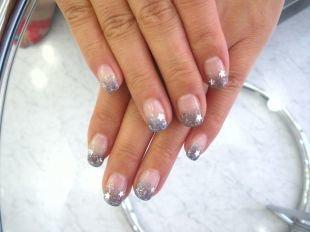 Французский маникюр на коротких ногтях, серебристый френч с блестящими кончиками и звездочками