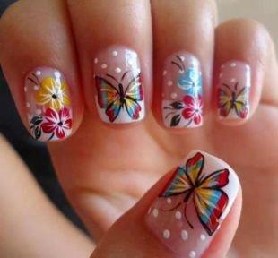 Дизайн коротких ногтей, френч с рисунком бабочек и цветов на ногтях