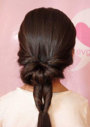 Темно каштановый цвет волос, необычная прическа на каждый день