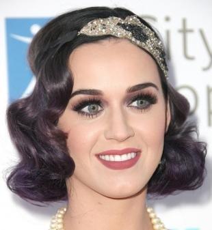 Прически в ретро стиле, фиолетовое омбре на темные волосы