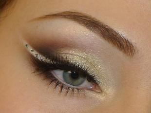 Свадебный макияж для серо-голубых глаз, золотой макияж бабетта со стразами