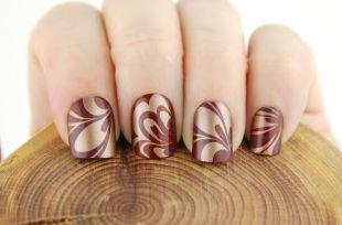 Двухцветный маникюр, золотисто-бордовые листики на коротких ногтях
