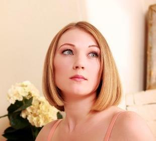 Цвет волос медовый блонд, укладка каре с ровным пробором