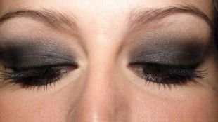 Макияж в серых тонах для серых глаз, красивый макияж для нависшего века серыми тенями