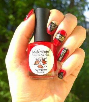 Геометрические рисунки на ногтях, красный маникюр с ажурным орнаментом