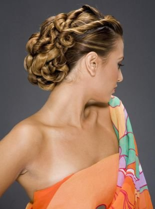 Модные прически на выпускной на длинные волосы, стильная греческая прическа на основе жгутов