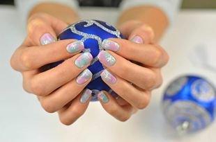 Дизайн ногтей, пастельный омбре-маникюр со снежинками