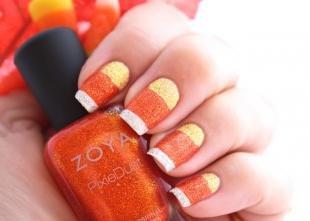 Оранжевый маникюр, разноцветный френч в полоску