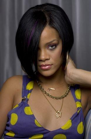 Иссиня-черный цвет волос на короткие волосы, макияж для зеленых глаз с сиреневыми тенями