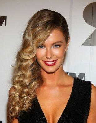 Цвет волос золотистый блонд, длинные волосы с тугими локонами, уложенными на одну сторону