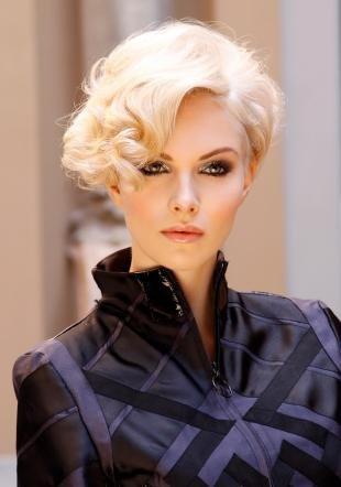 Цвет волос серебристый блондин, вариант праздничной укладки короткой стрижки