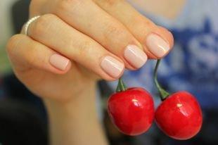 Маникюр на очень коротких ногтях, скромный бежевый маникюр на короткие ногти