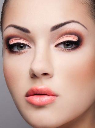 Макияж для брюнеток с серыми глазами, великолепный макияж смоки айс с персиковыми тенями