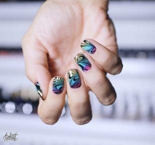 Абстрактные рисунки на ногтях, красивый маникюр с прямыми и волнистыми полосками