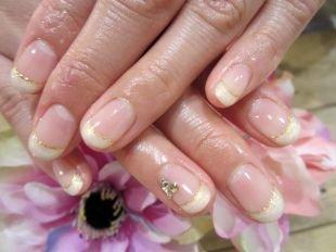 Свадебный дизайн ногтей, нежный френч с золотистой полосочкой на коротких ногтях