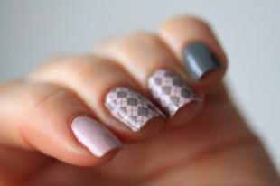 Геометрические рисунки на ногтях, серо-розовый маникюр с геометрическим узором