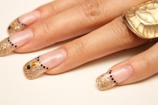 Рисунки точками на ногтях, золотистый френч на нарощенных ногтях