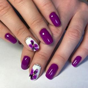Дизайн ногтей слайдер, темно-фиолетовый маникюр со стикерами