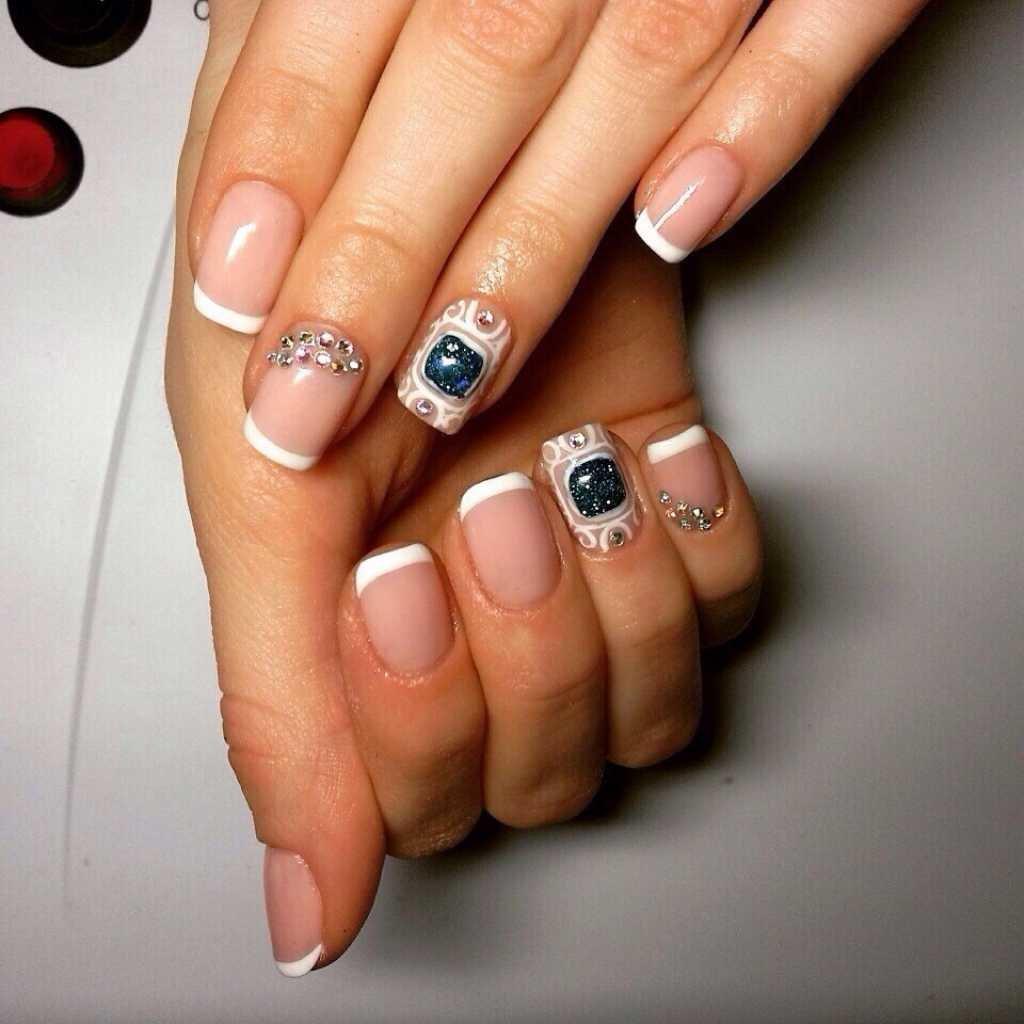 Стразы на ногтях на французском маникюре фото
