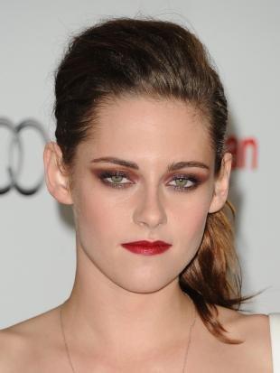 Темный макияж для зеленых глаз, коричневый макияж смоки айс с красной помадой