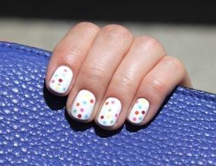 Маникюр с точками, белый маникюр с разноцветным горошком