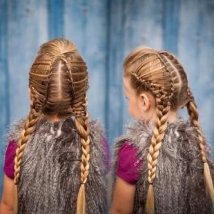 Карамельно русый цвет волос на длинные волосы, модная детская прическа с косами