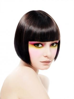 Цвет волос горький шоколад на короткие волосы, модная стрижка боб с прямой челкой