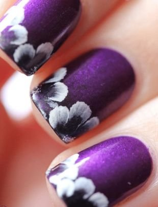 Рисунки белым лаком на ногтях, фиолетовый маникюр с цветочным рисунком