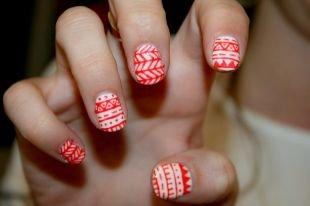 Маникюр на очень коротких ногтях, маникюр с красным орнаментом