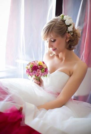 Свадебные прически с челкой, нежная свадебная прически на короткие волосы с цветами