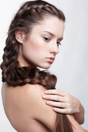 Холодно коричневый цвет волос, прическа на выпускной с плетением