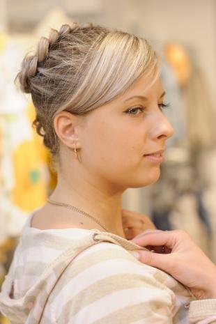 Цвет волос натуральный блондин, прическа с косичкой в школу