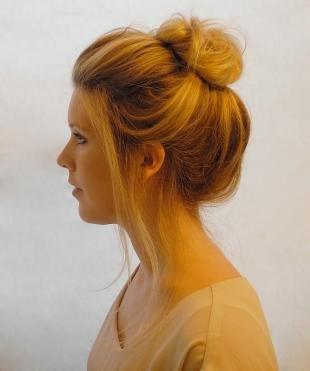 Темно карамельный цвет волос, повседневная прическа пучок для круглого лица