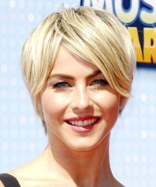 Цвет волос теплый блонд, стрижка для тонких волос с длинной челкой