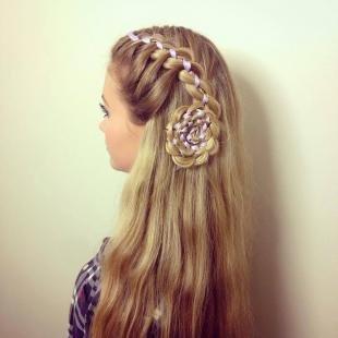 """Песочный цвет волос, плетение с лентой """"роза"""""""