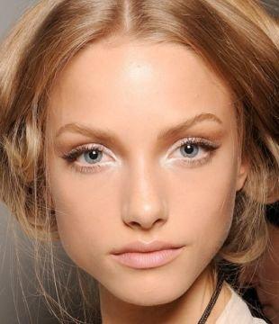 Белый макияж, прозрачный макияж для голубых глаз