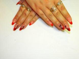 Дизайн гелевых ногтей, красный френч с рисунками черным лаком