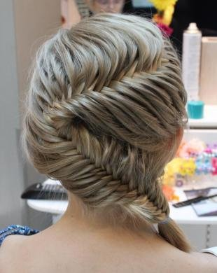 Натурально русый цвет волос на средние волосы, праздничная прическа с плетением