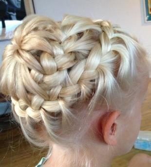 Цвет волос перламутровый блондин, сложная прическа с косами для девочки
