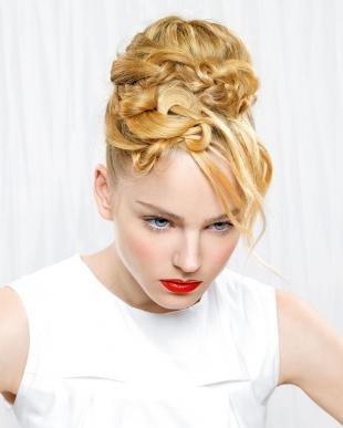 Цвет волос медовый блонд, экстравагантная праздничная прическа