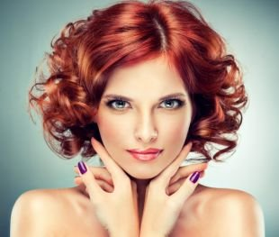 Ярко рыжий цвет волос на короткие волосы, каре с воздушными локонами