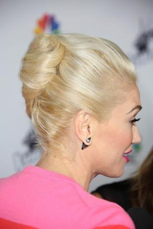 Цвет волос перламутровый блондин, классический французский твист на средние волосы