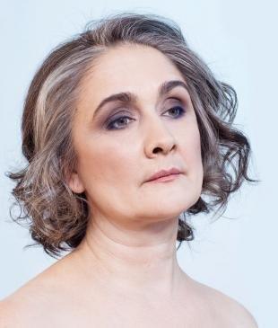 Макияж для карих глаз с синими тенями, макияж для женщин после 60 лет