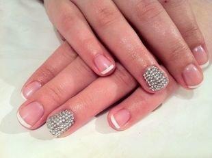 Дизайн ногтей шеллаком, шеллак френч с серебристыми «бульонками» на одном ногте